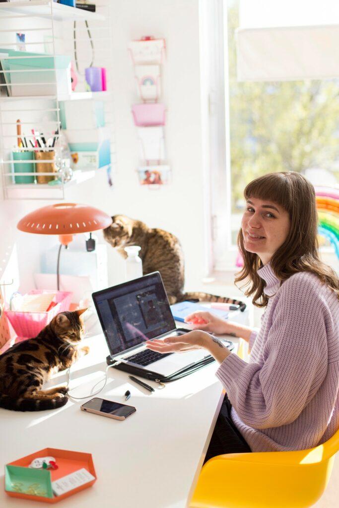 in mijn grafische studio met katten als collega's